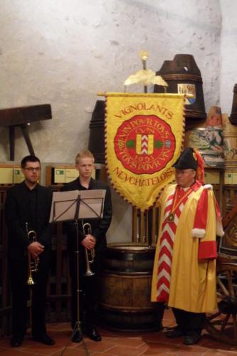 Frairie de printemps au château de Boudry - cérémonie des intronisations: Sylvain Ischer et les deux trompettistes de l'Harmonie de Colombier, Christophe Perrenoud et Quentin Ruffieux.