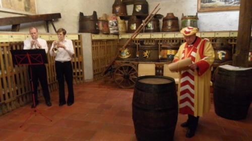 Frairie de printemps au château de Boudry - cérémonie des intronisations: les deux trompettistes Patrick Koffel et Nathalie Raetz, et Walter Zwahlen