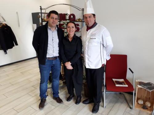 Dégustation du repas de la frairie de printemps aux Cinq Sens: Sébastien Maye, Cristina Schmed et David Maye.