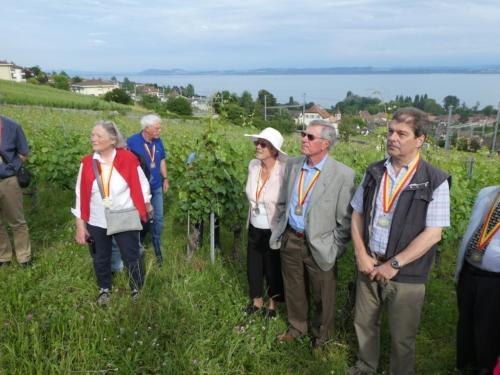 Frairie de la floraison: visite des vignes du Domaine des Lerins, famille Perret. Christiane Perrenoud, Jean Martenet Josiane et Claude Duvoisin et Bernard Chevalley.
