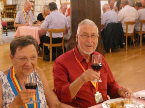 Repas organisé au Château de Boudry, à l'occasion du voyage en Suisse d'une délégation de la CV2N de Montréal: Danielle et Alfred Zehr.
